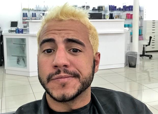 Antes de pintar o cabelo de roxo, Matheus Lisboa descoloriu os fios (Foto: Reprodução/Twitter)