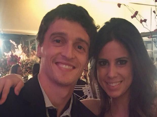 Volante do XV de Piracicaba, Clayton Oriani Jr., e a noiva Nathaly Garcia Ribeiro (Foto: Reprodução/Facebook)