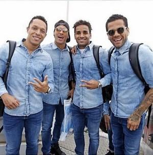 Adriano, Neymar, Douglas e Daniel Alves viagem Barcelona (Foto: Reprodução Instagram)
