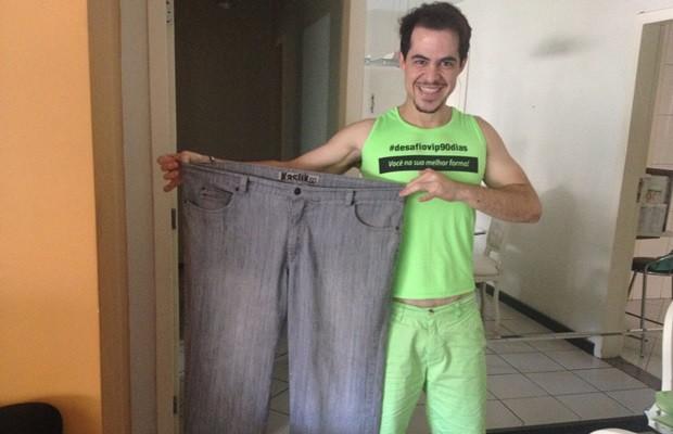 Thiago mostra calça tamanho 60 que guarda como um 'troféu', em Goiás (Foto: Fernanda Borges/G1)