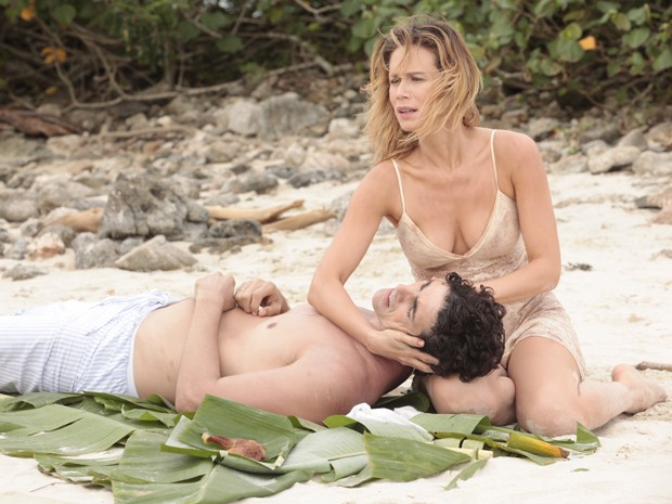 Juliana banca a enfermeira e cuida de Nando, que está ferido (Foto: Guerra dos Sexos/TV Globo)