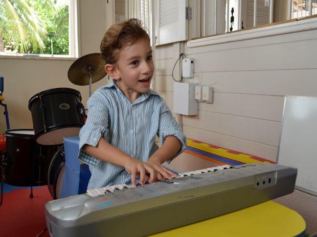 A música é passatempo predileto de Pedrinho (Foto: Marina Fontenele/G1)