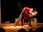 Marco Antonio Gimenez dá beijaço em Pitty Webo no teatro