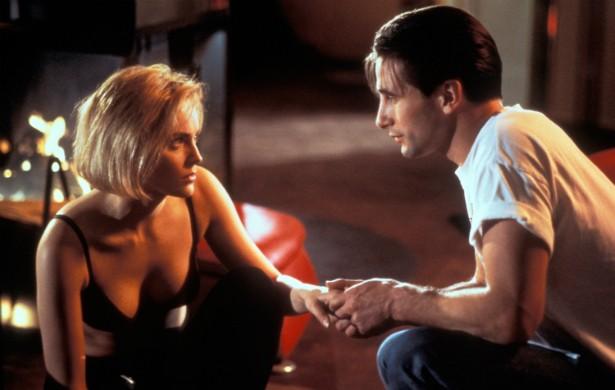 Numa cena de 'Invasão de Privacidade' (1993), Sharon Stone mordeu com tanta força a língua de Billy Baldwin que ele não conseguiu falar durante uma semana. (Foto: Reprodução)