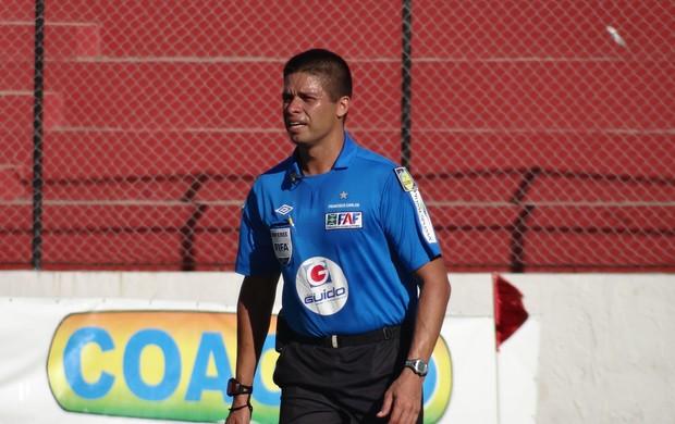Francisco Carlos, árbitro (Foto: Leonardo Freire/GLOBOESPORTE.COM)