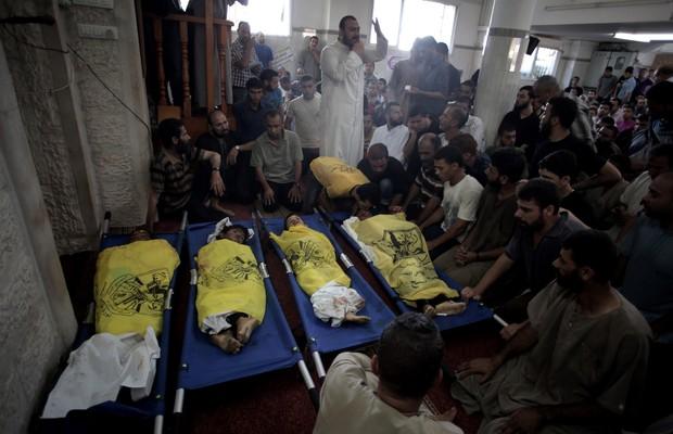 Palestinos velam quatro crianças da mesma família que foram mortas por ataque de Israel na Faixa de Gaza (Foto: Khalil Hamra/AP)