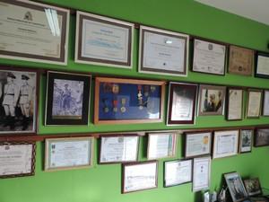 Diversos quadros exibem diplomas e certificados da guerra (Foto: Caio Gomes Silveira/ G1)
