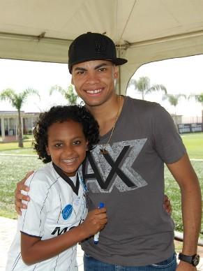 Menina tinha o sonho de conhecer o jogador de futebol Dentinho e teve seu desejo realizado (Foto: Divulgação)