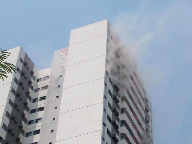 Moradores foram retirados de prédio em Cuiabá após curto-circuito. (Foto: Eduarda Fernandes/G1)