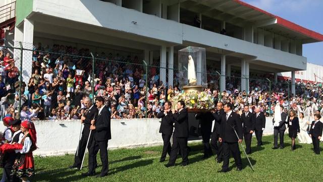 Imagem de Nossa Senhora de Fátima chega ao campo da Portuguesa Santista (Foto: Solange Freitas)