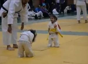 Criancinhas lutando judô – o vídeo mais fofo que você vai ver hoje