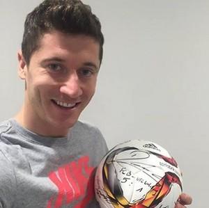 Lewandowski bola autografada cinco gols (Foto: Reprodução Instagram)