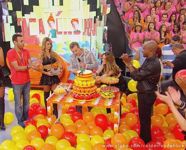 No seu aniversário, Luciano Huck ganha festa no palco do Caldeirão