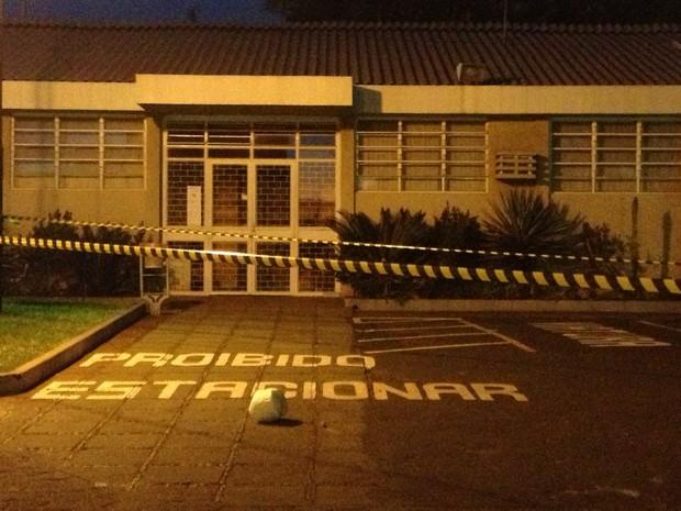 Objeto suspeito foi arremessado no pátio da cadeia na noite de quarta-feira (Foto: Marcelo Bonomini/RPC TV )
