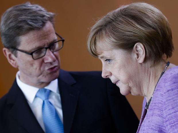 Na foto, ministro do Exterior conversa com premiê alemã, Angela Merkel em Berlim, nesta quarta. 'Nós esperamos que primeiro-ministro turco controle a situação no espírto dos valores europeus', disse ministro em comunicado (Foto: AP)