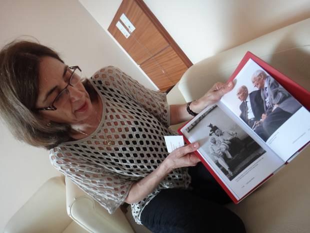 """A viúva de Saramago, Pilar del Río, exibe as imagens do escritor em vários momentos de sua vida, presentes na obra inédita no Brasil """"Da Estátua à Pedra e Discursos de Estocolmo"""". (Foto: Luana Laboissiere/G1)"""