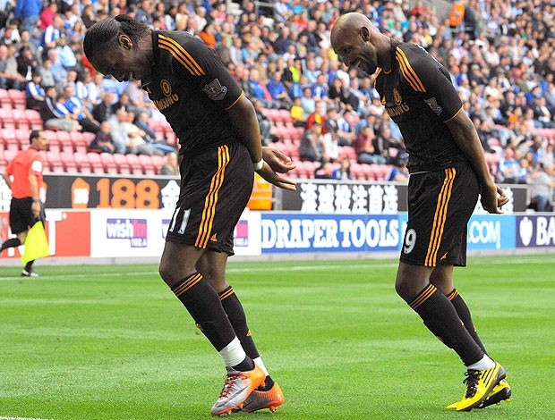 Drogba e Anelka comemoram gol do Chelsea (Foto: Reuters)