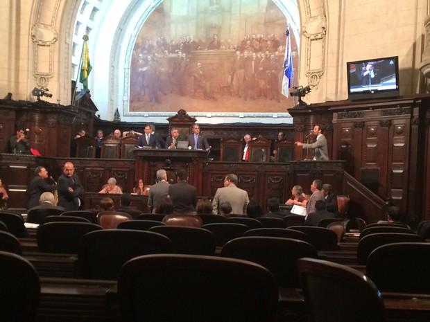 Serafini, à direita, na tribuna, discute com Átila Nunes, à esquerda, ao microfone (Foto: Alessandro Ferreira/G1)