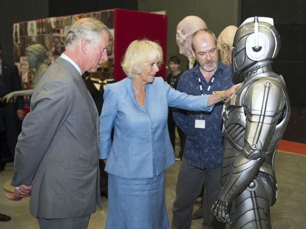 O príncipe Charles e a duquesa da Cornualha, Camilla, posam ao lado de um Cyberman, um dos vilões da série 'Doctor Who' (Foto: Arthur Edwards/Reuters )
