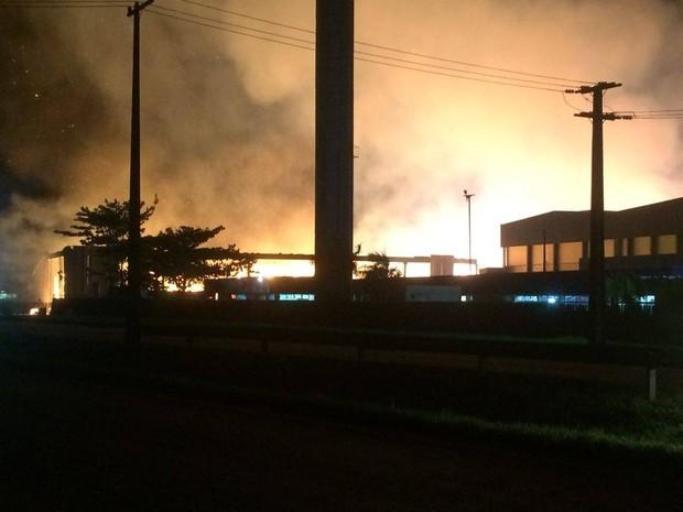 Bombeiros tentam controlar o incêndio em Paranaguá (Foto: Fernanda Canovas/RPC)