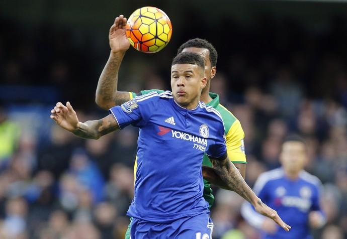 Kenedy tenta dominar a bola Chelsea x Norwich (Foto: AP Photo/Frank Augstein)