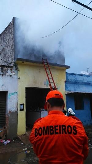 Muita fumaça saia do estabelecimento no momento do incêndio (Foto: Gustavo Corado/Tv Gazeta)