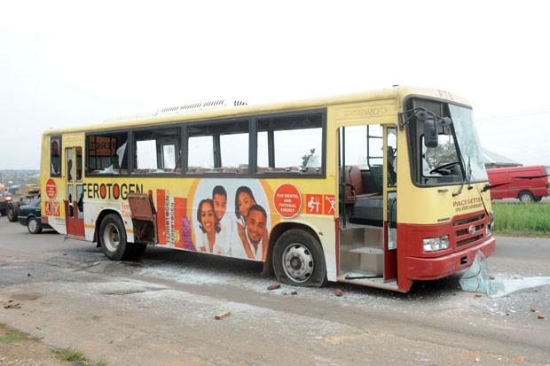 População indignada chegou a atacar um ônibus estadual após a notícia dos sequestros causar revolta em Ibadan, na Nigéria (Foto: Pius Utomi Ekpei/AFP)