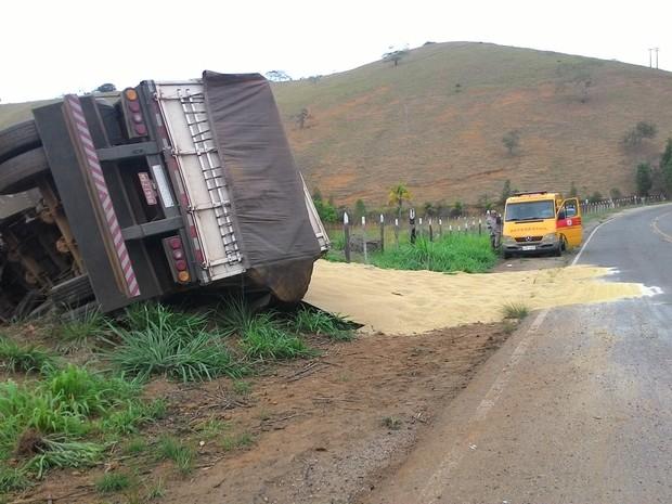 Com impacto, carreta tombou na rodovia e feriu motorista (Foto: Nelson Barros/Jornal Dois Estados)