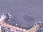 Mancha escura no mar de Olinda afeta comércio com mau cheiro