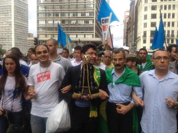 """Manifestantes de braços dados e com a imagem de Nossa Senhora Aparecida cantam """"povo unido, jamais será vencido"""" e """"Fora PT"""" (Foto: Tatiana Santiago/G1)"""
