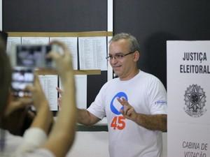 O prefeito e candidato à reeleição em Teresina, Firmino Filho (PSDB), vota em Teresina (Foto: Renan Morais/G1 Piauí)