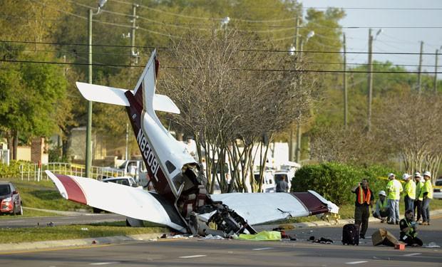 Homem de 53 anos morreu e duas adolescentes ficaram feridas após a queda de avião (Foto: Chris Urso/The Tampa Tribune/AP)