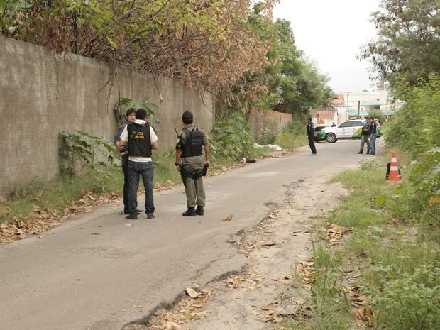 Mulher foi encontrada morta próximo a shopping em Teresina (Foto: Magno Bonfim/TV Clube)