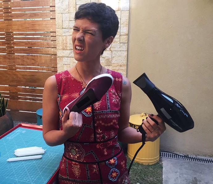 Gabi Freitas ensina como impermeabilizar tênis no 'É de Casa' (Foto: Gabriela Freitas/Gshow)