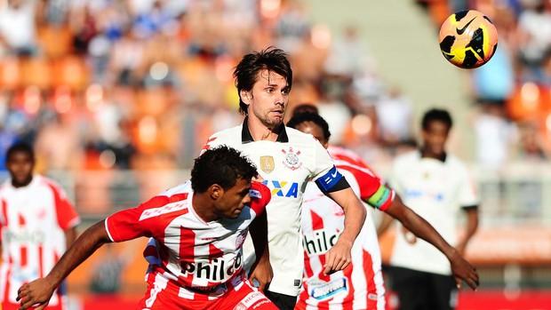 Paulo André jogo Corinthians contra Náutico (Foto: Marcos Ribolli / Globoesporte.com)