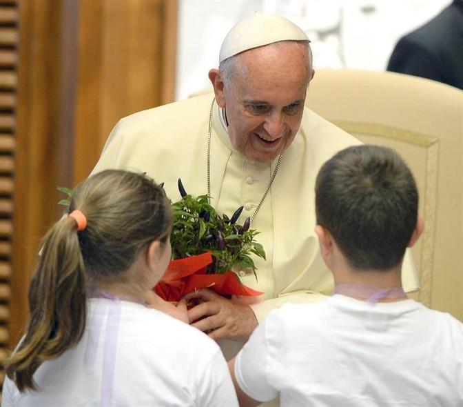 Crianças cumprimentam o papa Francisco neste sábado (31), no Vaticano