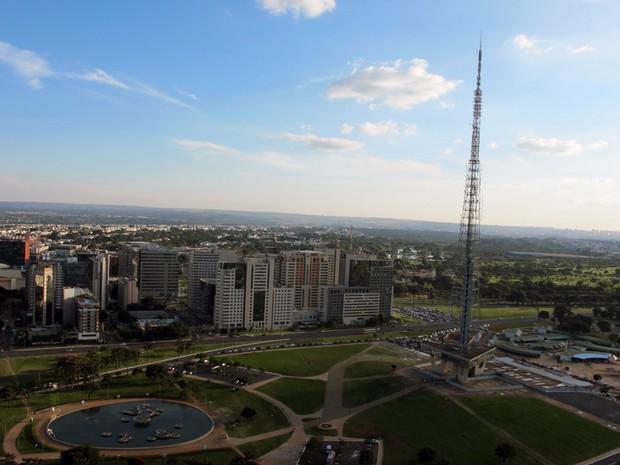 Vista aérea de praça em frente a Torre de TV, em Brasília (Foto: Jamila Tavares / G1)