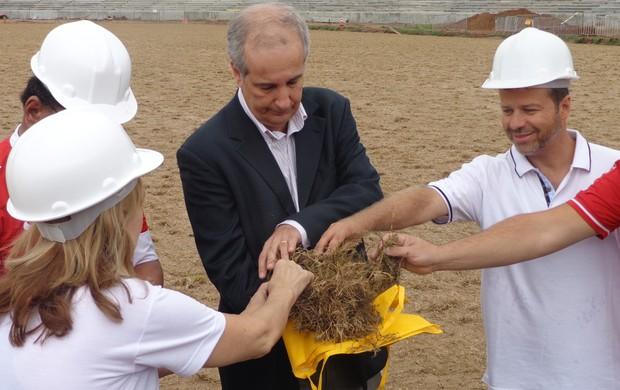 Luigi e sócios pegam grama para plantar no Beira-Rio (Foto: Tomás Hammes / GLOBOESPORTE.COM)