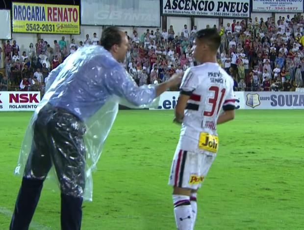 Rogério Ceni entrega papel para Luiz Araújo levar para João Schmidt