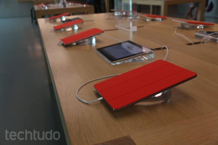 Os iPads com as capas vermelhas apoiando a campanha [RED] (Foto: Laura Rezende /TechTudo)