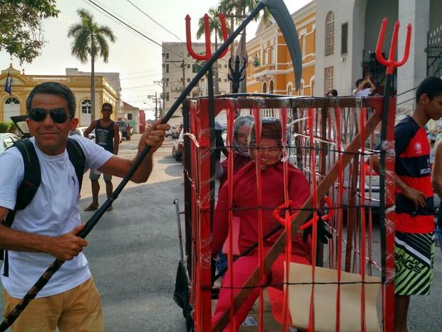 Servidor público simula a prisão da presidente  (Foto: Lislaine dos Anjos/ G1)