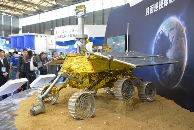 Foto de arquivo tirada em 5 de novembro mostra o modelo de veículo lunar chamado 'Coelho de Jade', que será depositado na Lua por sonda.  (Foto: AFP Photo/Peter Parks)