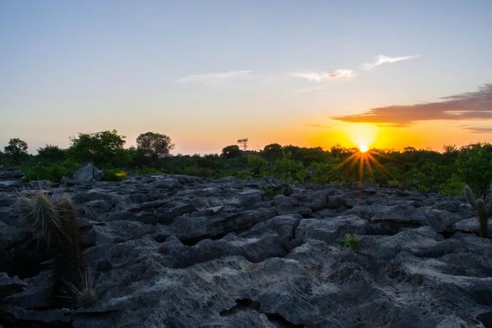 Nascer do sol no Lajedo do Rosário, em Felipe Guerra-RN (Foto: Sérgio Luis / Divulgação Rota Inter TV)