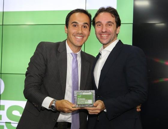 Rafaele Lebani, gerente de Sustentabilidade da CPFL, recebe o troféu de Carlo Pereira, do Pacto Global (Foto: Rogério Cassimiro)