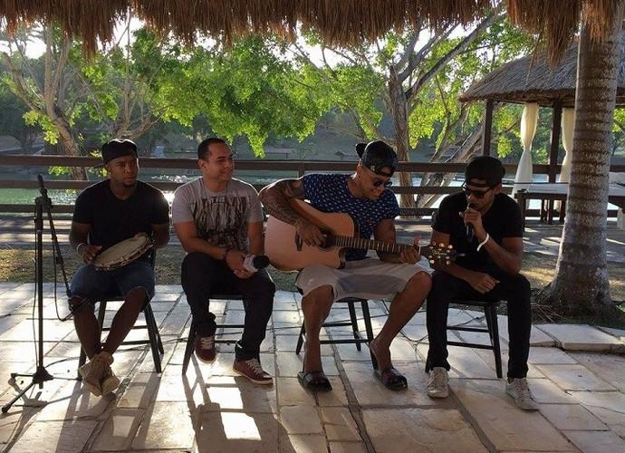 Léo Santana mostrou que além de cantar também manda bem no violão (Foto: TV Sergipe )