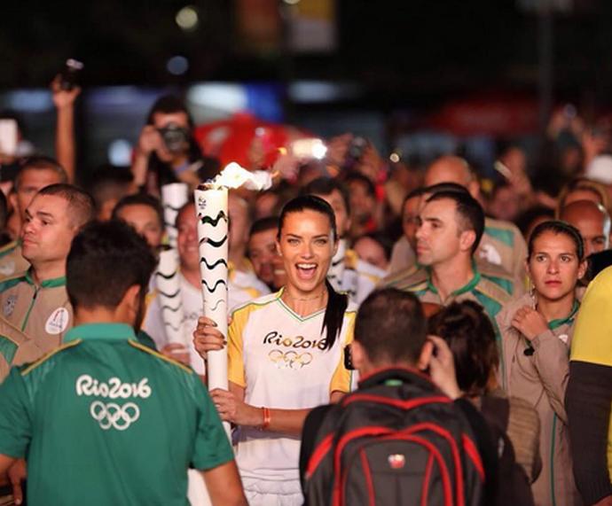 Adriana Lima carrega a Tocha Olímpica  (Foto: Internet )