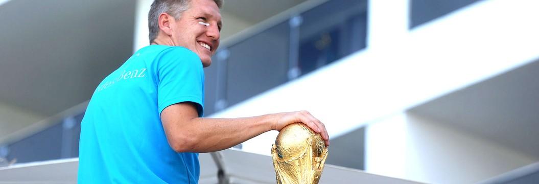 Schweinsteiger leva taça para varanda e faz alegria de torcedores no Rio (André Durão)