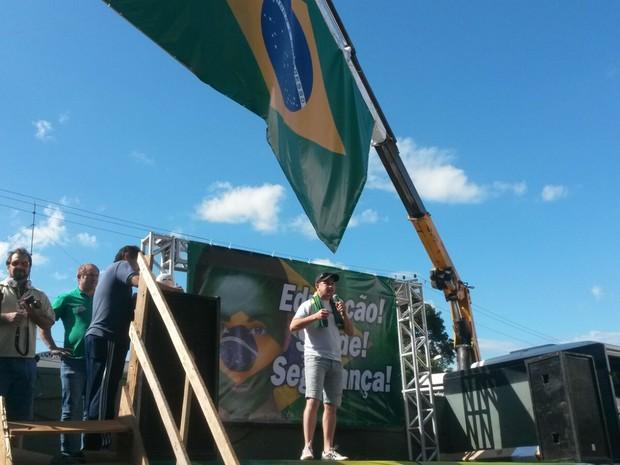 Representantes usaram um palco e microfones para repudiar atos do governo  (Foto: Dulciana Sachetti/RBS TV )