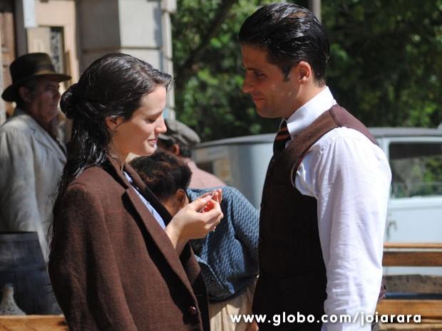 Franz leva Amélia em casa após ela ser atropelada e mostra foto que era de Eurico (Foto: Joia Rara/ TV Globo)