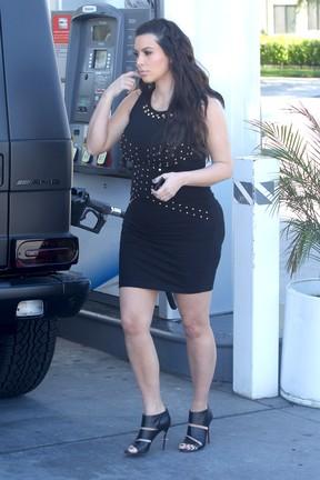Kim Kardashian abastece o carro em um posto em Los Angeles, nos Estados Unidos (Foto: Grosby Group/ Agência)